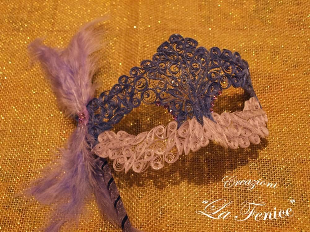 Maschera con decorazioni a quilling e tonalità del viola.